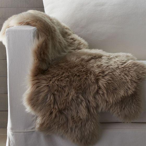 Manta alfombra piel de oveja 53x94cm almendra cratebarrelpe - Mantas de piel ...